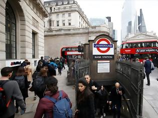 Φωτογραφία για Οι Λονδρέζοι πέφτουν στις σκάλες του μετρό... για να μην κολλήσουν κορωνοϊό