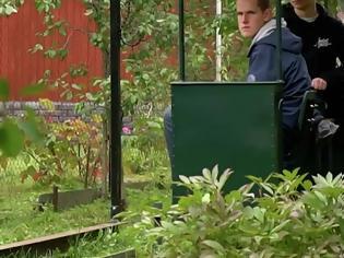 Φωτογραφία για Μαθητής κατασκευάζει σιδηρόδρομο στην αυλή του για να κάνει τις βόλτες του.