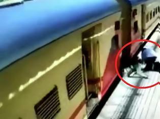 Φωτογραφία για Γιαγιά πέφτει στο κενό ανάμεσα στην αποβάθρα και το κινούμενο τρένο - Βίντεο.