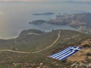 Φωτογραφία για Οινούσσες: Τοποθέτησαν τεράστια ελληνική σημαία ως απάντηση στην «ενόχληση» του Ακάρ