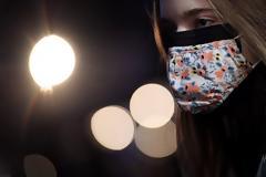 Φορέστε μάσκα όταν φυσάει, προειδοποιεί νέα μελέτη
