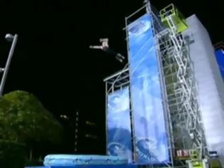 Φωτογραφία για ΣΥΓΚΛΟΝΙΣΤΙΚΟ VIDEO: 'Ανθρωπος πέφτει από τα 11 μέτρα σε μόλις 30 εκατοστά νερό