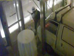 Φωτογραφία για Καρέ - καρέ το βίντεο ντοκουμέντο από την εμπρηστική επίθεση στην Microsoft - Δείτε τι κατέγραψαν οι κάμερες ασφαλείας!