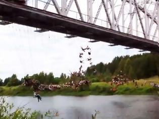 Φωτογραφία για VIDEO: Έχει τρελαθεί ο κόσμος...  Τι κάνουν όλοι αυτοί κρεμασμένοι στη γέφυρα;