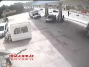 Φωτογραφία για Φορτηγό εκτός ελέγχου προσκρούει σε βενζινάδικο [video]