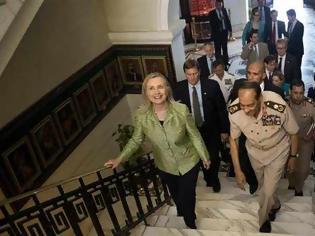 Φωτογραφία για Αίγυπτος: Με παπούτσια και ντομάτες «υποδέχτηκαν» τη Χίλαρι Κλίντον