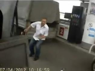 Φωτογραφία για Απίστευτα τυχερός! Γλύτωσε από βέβαιο θάνατο ένας Ρώσος που βρέθηκε στη μέση μιας σύγκρουσης σε βενζινάδικο!