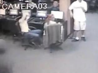 Φωτογραφία για ΗΠΑ: Έτρεψε τους ληστές σε φυγή όταν άρχισε να πυροβολεί εναντίον τους [video]