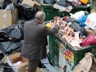 Φωτογραφία για Κρήτη: Γνωστοί Ηρακλειώτες ψάχνουν φαγητό στα σκουπίδια!
