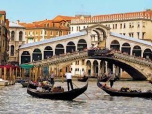 Φωτογραφία για Βουλιάζει και... γέρνει η Βενετία