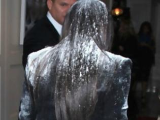 Φωτογραφία για ΔΕΙΤΕ: Eπίθεση με αλεύρι στην Kim Kardashian!