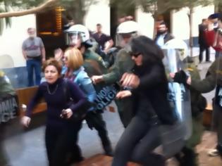 Φωτογραφία για Αστυνομικοί απωθούν πολίτες στη Βουκουρεστίου