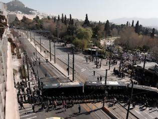 Φωτογραφία για Ένταση στο Σύνταγμα – Ολοκληρώθηκε η μαθητική παρέλαση