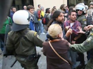 Φωτογραφία για Αστυνομικοί εμπόδισαν γονείς μαθητών να πλησιάσουν στο Σύνταγμα [βίντεο]