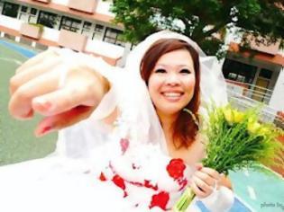 Φωτογραφία για Η γυναίκα που παντρεύτηκε τον εαυτό της!