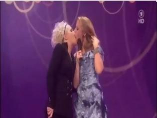 Φωτογραφία για VIDEO: Σάλος με το λεσβιακό φιλί στα γερμανικά μουσικά βραβεία!