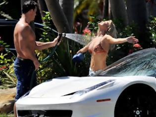 Φωτογραφία για Η Joanna Krupa ξέρει να πλένει σωστά μια Ferrari!