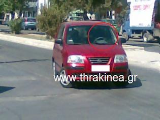 Φωτογραφία για Στάθμευσε το αυτοκίνητό της στη μέση του δρόμου!