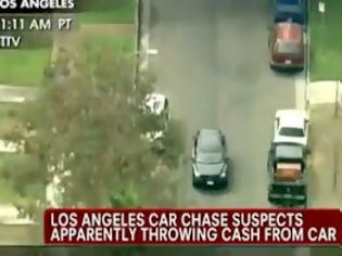 Φωτογραφία για Οι ληστές πετούσαν χρήματα από το αυτοκίνητο [video]