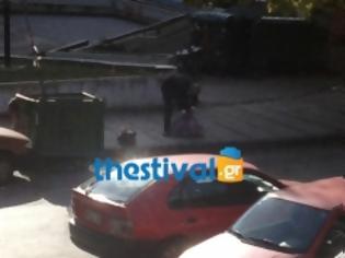Φωτογραφία για Ηλικιωμένοι κρεμασμένοι από τους κάδους στο κέντρο της Θεσσαλονίκης