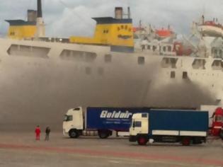 Φωτογραφία για Πάτρα: Μεγάλη φωτιά εν πλώ στο πλοίο Κρήτη ΙΙ - Κάηκαν νταλίκες - Δεν μπορούν να εντοπίσουν την εστία της φωτιάς - Δείτε φωτό-βίντεο