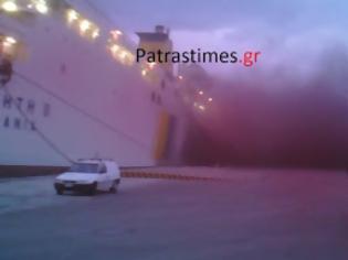 Φωτογραφία για Πάτρα: 20 ακόμα νταλίκες εγκλωβισμένες στις φλόγες στο ΚΡΗΤΗ ΙΙ - Το πλοίο έδεσε φλεγόμενο στο νέο λιμάνι - Φλεγόμενα βγάζουν τα φορτηγά στην προκυμαία