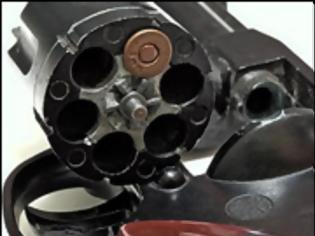 Φωτογραφία για Δημόσιο με το πιστόλι στον κρόταφο