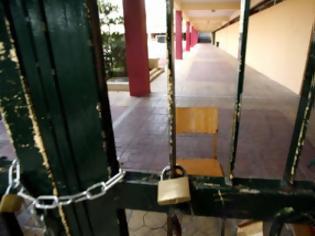 Φωτογραφία για Ναύπακτος: Η πόρτα του σχολείου πλάκωσε μαθητή!