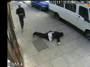 Φωτογραφία για Βίντεο σοκ: Άγνωστος χτυπάει 16χρονη και την αφήνει αναίσθητη [video]