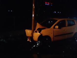 Φωτογραφία για ΚΑΒΑΛΑ: Έχασε τον έλεγχο του αυτοκινήτου και έπεσε πάνω στο φανάρι!