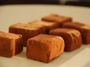 Φωτογραφία για ΑΠΑΛΕΣ ΣΑΝ ΜΟΥΣ Ελβετικές σοκολατένιες τρούφες με γεύση καφέ