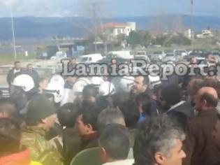 Φωτογραφία για Άγριο ξύλο ανάμεσα σε ΜΑΤ και αγρότες στην Εθνική Αθηνών-Λαμίας (video)