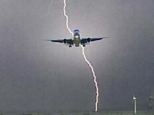 Φωτογραφία για ΠΡΙΝ ΛΙΓΟ: Σοκ στον αέρα! Κεραυνός χτύπησε αεροπλάνο στην Κω