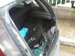 Φωτογραφία για Πάτρα: Άγριος καβγάς στην Αγυιά - Ο πατέρας έκανε «καλοκαιρινό» το βαν του γιου!