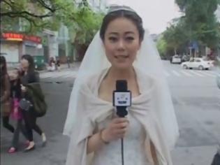 Φωτογραφία για Άφησε το γάμο για να πάει για... ρεπορτάζ! [Video]