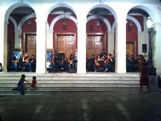 Φωτογραφία για Πάτρα: Mάγεψε η Ορχήστρα Νυκτών Εγχόρδων στην πλατεία Γεωργίου - Ξανά στον αέρα το σήμα της ΕΡΤ