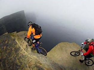 Φωτογραφία για Κόβει την ανάσα η πιο επικίνδυνη διαδρομή με το ποδήλατο!