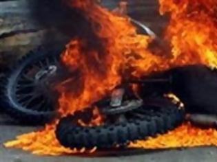 Φωτογραφία για Πάτρα: Στις φλόγες τυλίχθηκε μηχανάκι στην Εγλυκάδα