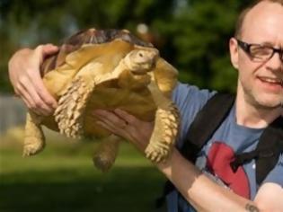 Φωτογραφία για Ξοδεύει πέντε ώρες την ημέρα για να βγάλει βόλτα την… χελώνα του [Video]