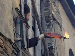 Φωτογραφία για Απίστευτες εικόνες! H στιγμή που ο μοναχός της Μονής Εσφιγμένου πετά μολότοφ για να μην εκτελεστεί η δικαστική απόφαση