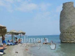 Φωτογραφία για Η πανέμορφη παραλία του Αγίου Ανδρέα στην Κυνουρία με τον ανεμόμυλο μέσα στη θάλασσα! [video]