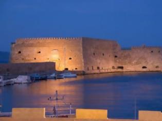 Φωτογραφία για Πάγκοι ... αγάπης με φόντο το Ενετικό Φρούριο του Κούλε στο Ηράκλειο
