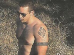 Φωτογραφία για Tο τατουάζ του Κασιδιάρη με τον αγκυλωτό σταυρό και το καυτό μπικίνι της εντυπωσιακής συνοδού του