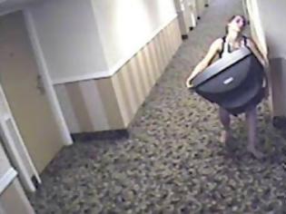 Φωτογραφία για Τα πήρε όλα και... έφυγε! Βίντεο με τη γυναίκα που αφαίρεσε από κουβέρτες μέχρι πίνακες!