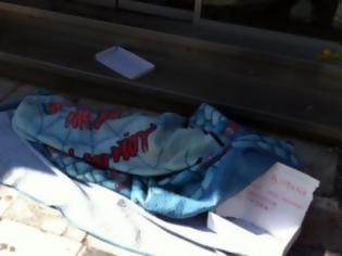 Φωτογραφία για ΣΥΓΚΛΟΝΙΣΤΙΚΗ ΦΩΤΟ: Ζητιανεύει κάτω από τα σκεπάσματα