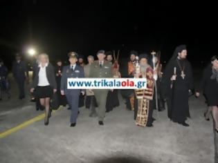 Φωτογραφία για ΠΡΙΝ ΛΙΓΟ: Άφιξη του Αγίου Φωτός στο αεροδρόμιο Λάρισας