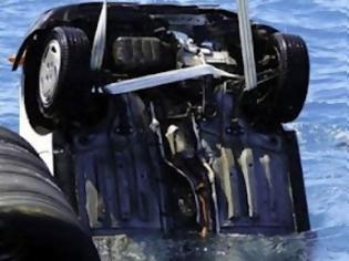 Φωτογραφία για ΙΧ έπεσε στη θάλασσα