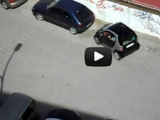 Φωτογραφία για Πόσο δύσκολο είναι να παρκάρεις ένα Smart; [Video]
