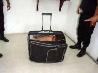 Φωτογραφία για Κουβαλούσε μετανάστη στη… βαλίτσα του!!!