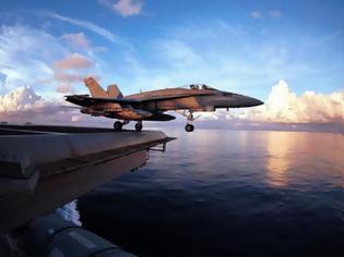Φωτογραφία για VIDEO - ΣΟΚ: F18 πέφτει στη θάλασσα από αεροπλανοφόρο